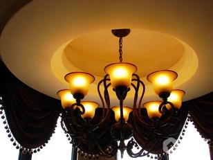 楼梯间灯具窗帘都是与业主一起精挑细选的。
