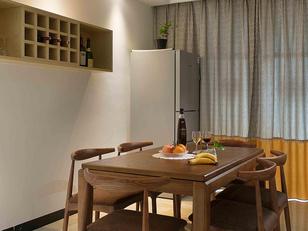 新中式的造型灯+超有质感的餐桌及温馨的吊灯发出的暖光给人一种温馨感