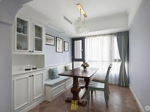 玄关及餐厅区域        入户玄关位置设置了舒适的软包换鞋凳,靠墙为落地大鞋柜。玄关与餐厅为不同铺贴方式的仿古砖,自然地形成了一个外环境与家的过渡。浅豆绿原木餐椅与软包配饰眼神呼应,纱帘让空间软柔下来,灰蓝色墙漆增添清爽感,带有美式色彩的餐桌的介入,是希望通过异材质的搭配来塑造温馨与活跃度结合的空间效果。